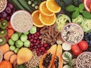 Buntes Bild mit Lebensmitteln, die Vitamine und Ballaststoffe enthalten