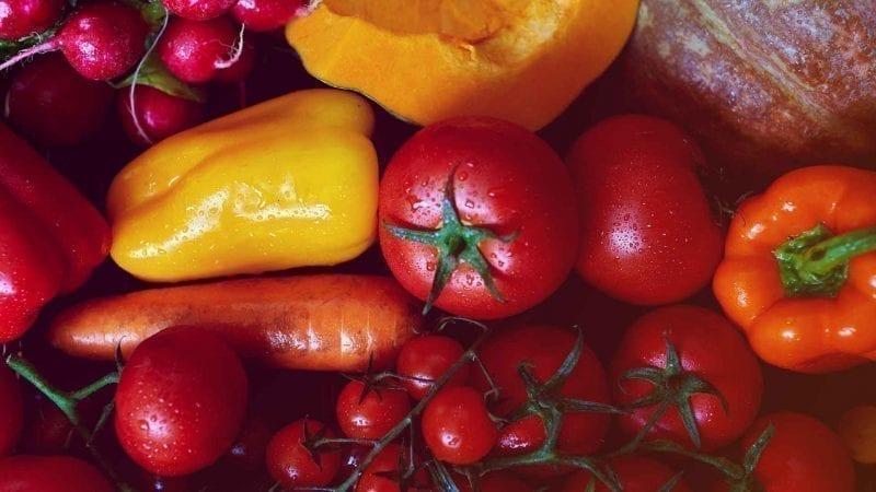 Rotes, gelbes und orangenes Gemüse und Obst