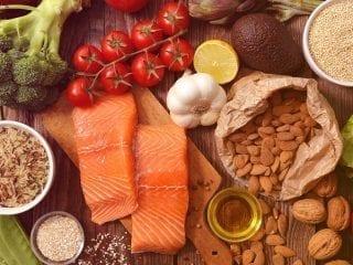 Gesundes und abwechslungsreiches Essen auf einer Holzunterlage