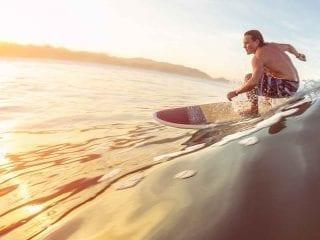 Ein Surfer reitet auf einer Meereswelle