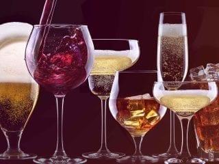 7 Gläser mit Alkohol