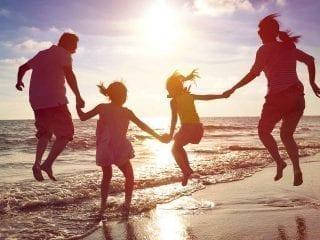 Ein vierköpfige Familie am Strand