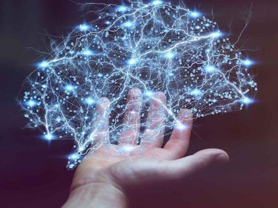 Männerhand und Lichtnetzwerk in Form eines Gehirns