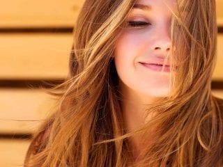 Blonde, hübsche Frau mit geschlossenen Augen