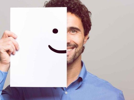Ein Mann lächelt in die Kamera
