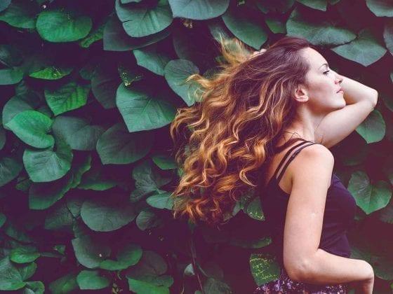Frau mit langen gelockten Haaren