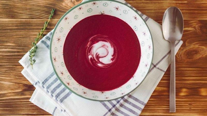 Eine Suppenschüssel mit Suppe aus Roter Beete und Möhren