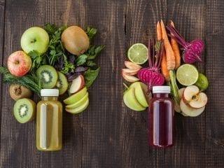 Zwei Smoothies mit Obst und Gemüsedekoration
