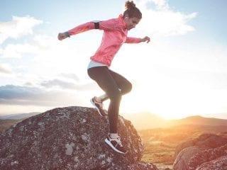 Eine Joggerin beim Berglauf