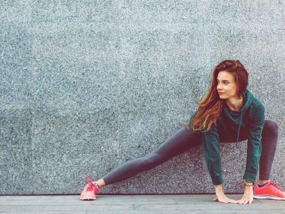 Eine junge Frau macht eine Sportübung