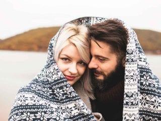 Ein Paar in der Kälte unter einer Decke