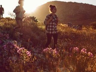 Eine Menschengruppe wandert über Hügel