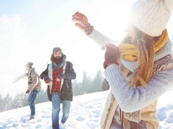Junge Leute bei der Schneeballschlacht