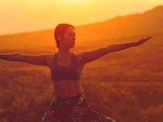 Frau in einer Yogaübung