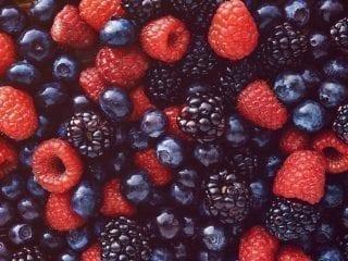 Nahaufnahme von roten und dunklen Beeren