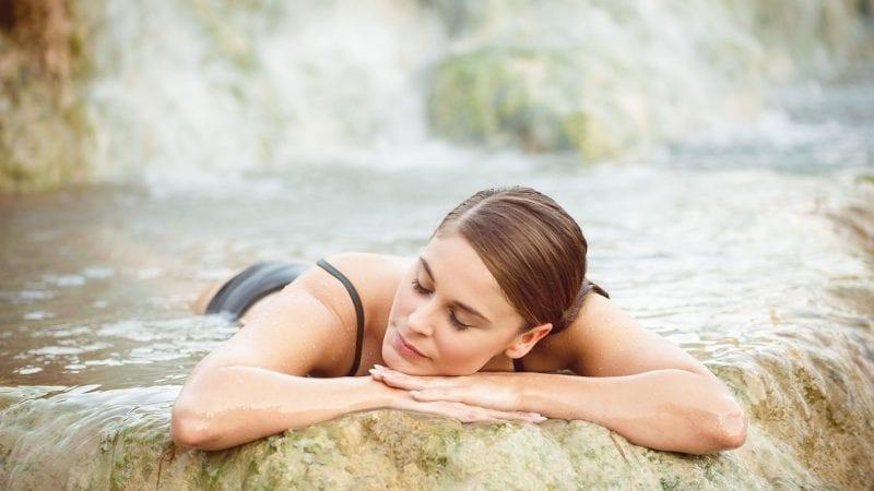 Eine Frau geniesst ein Schwefelbad