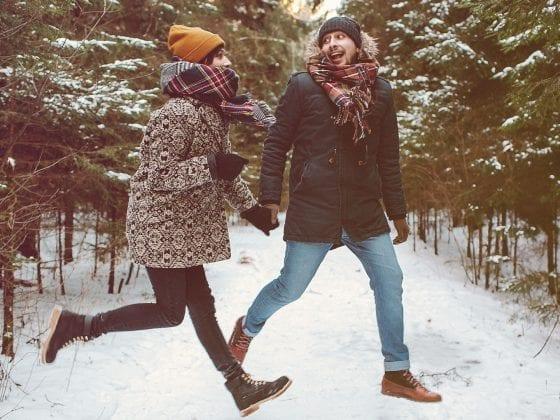 Junges Paar im verschneiten Wald