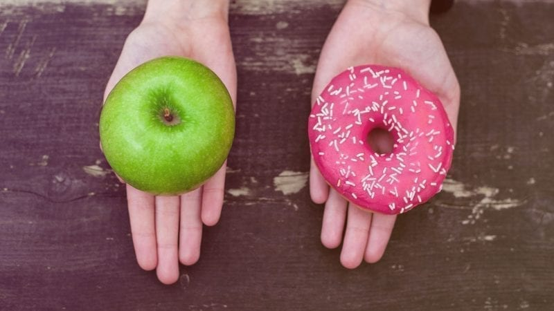 Grüner Apfel oder Rosa Donut