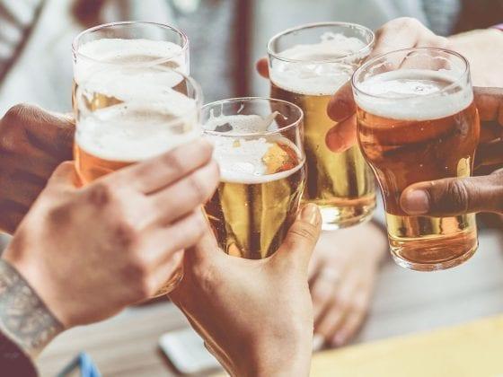 Gläser anstoßen mit Alkohol