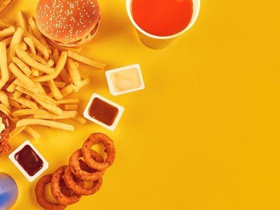 Fast Food auf gelbem Hintergrund