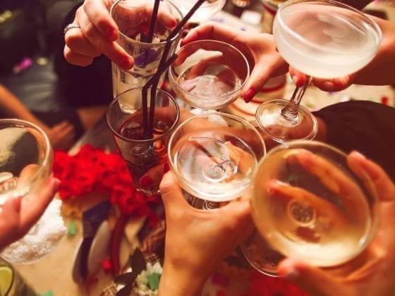 Gläseranstoßen mit Alkohol