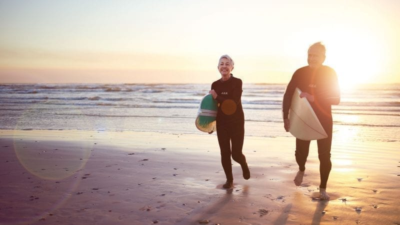 Surferpaar aeltere Menschen