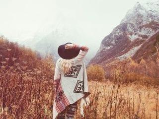 Eine Frau in einer Berglandschaft