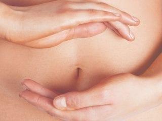 Frauenhände vor einem nackten Bauch