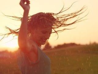 Eine Frau tanzt im Regen