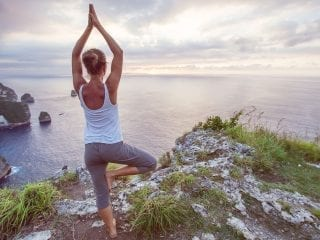 Junge Frau macht Yogauebung