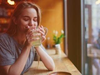 Eine Frau trinkt eine Tasse Tee