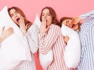 Drei Frauen in Pyjama