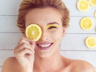 Frau mit Zitronenscheiben
