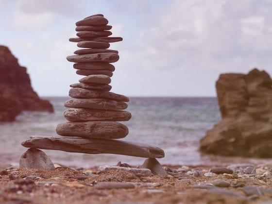 Steine übereinander am Strand