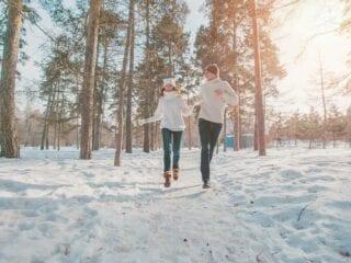 Paar läuft in Winterlandschaft