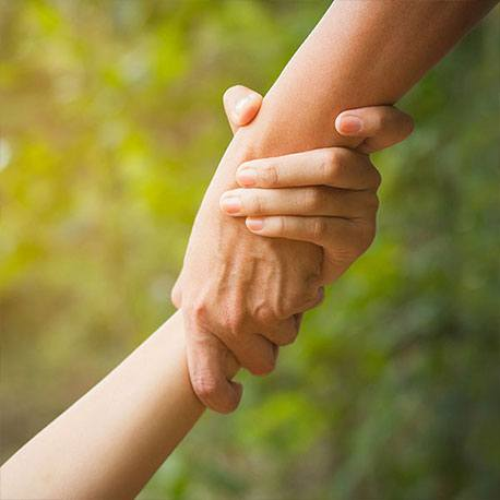 Eine Hand hält eine andere