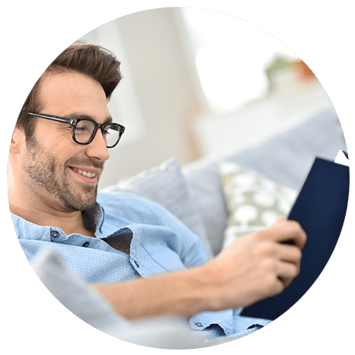 Mann mittleren Alters mit Bart und Brille bei der Lektüre